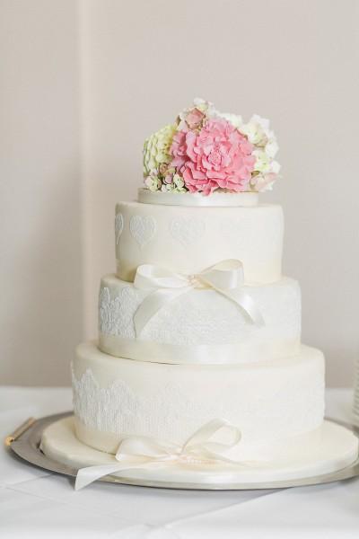 Frhlingshafte Hochzeitstorte