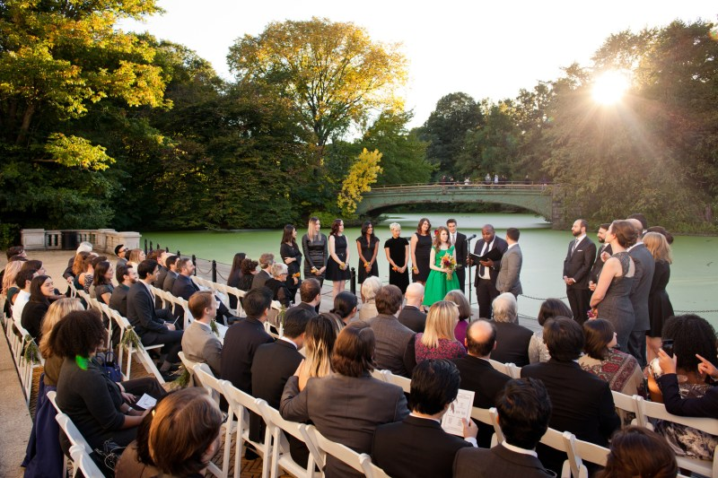 Fall in love with this sunny birds & dinos Brooklyn boathouse wedding