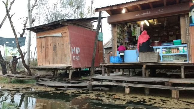 Shops and Market in Dal lake, KashmirL Shikara ride on Dal lake: Jammu & Kashmir Tourism