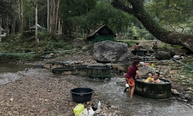 Chiang Dao Hot Springs (น้ำพุร้อนเชียงดาว) is one of the top things to do in this mountain town of Chiang Dao, 70 kilometers from Chiang Mai. Just a few kilometers from Chiang Dao Caves (ถ้ำเชียงดาว) and Wat Tham Chiang Dao (วัดถ้ำเชียงดาว) Buddhist Temple, find these hot springs in small beautiful Ban Tham village