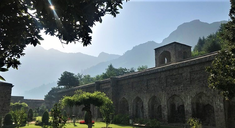 A photo blog of Pari Mahal in Srinagar, Kashmir (English and Hindi) with its history and also serene morning pictures.