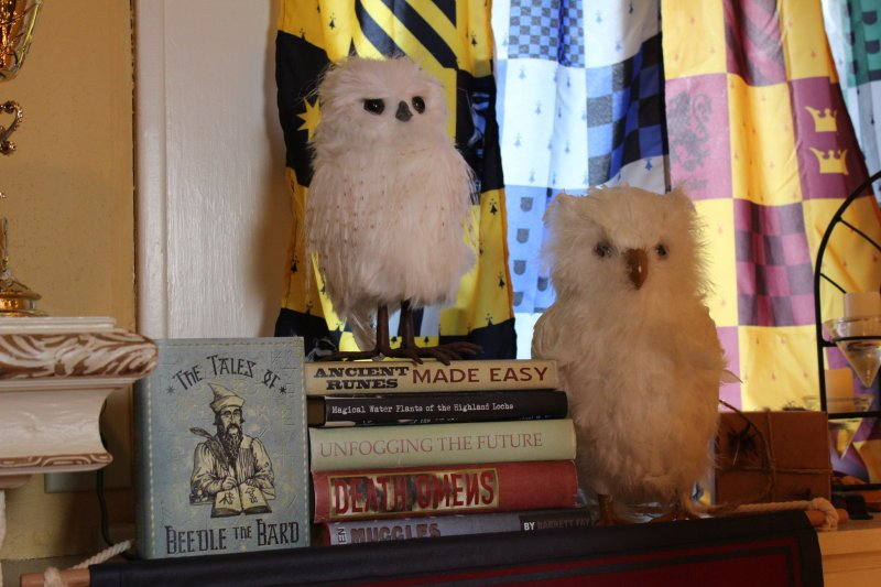 Don your handknit sweaters for this spectacular Harry Potter Christmas decor