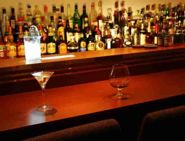 スナックなど接待行為のある飲食店は風俗営業許可が必要です。雀荘・ゲームセンターも風営法対象です。また午前0時以降もお酒を提供するバーなども届出が必要となります