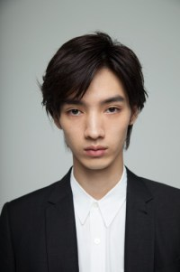 https://i0.wp.com/office-saku.com/img/artists/new_actors/hiroya_shimizu/01.jpg?resize=200%2C301