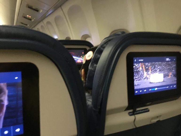 機内シートには、一人ずつビデオ
