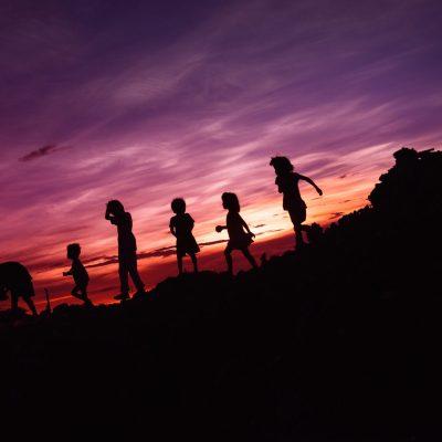 夕暮れの子供たちの写真