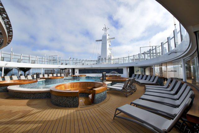 p and o iona cruise ship beachcomber pool