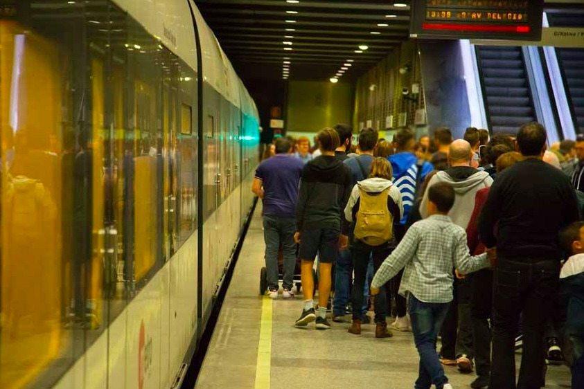 Estos son los servicios especiales de metro y tranvía para el partido Valencia - Barça