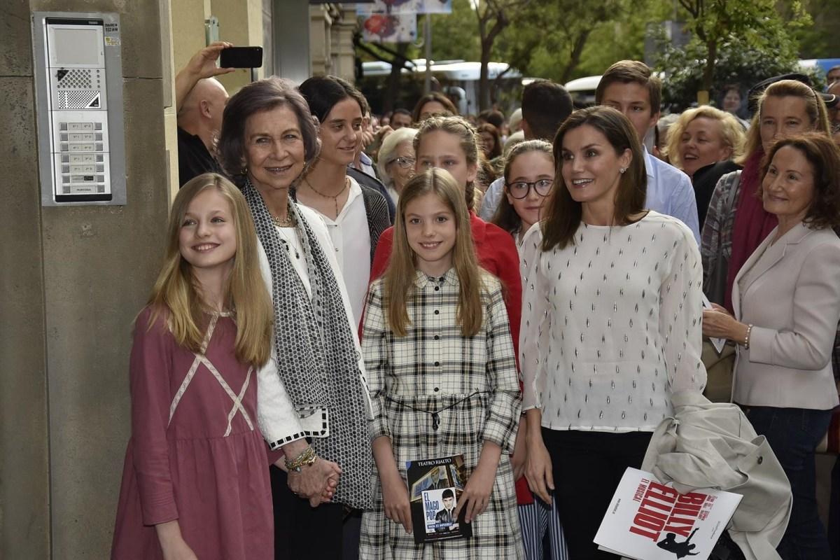 La Reina Letizia se lleva a las abuelas, sobrinas e hijas a un musical