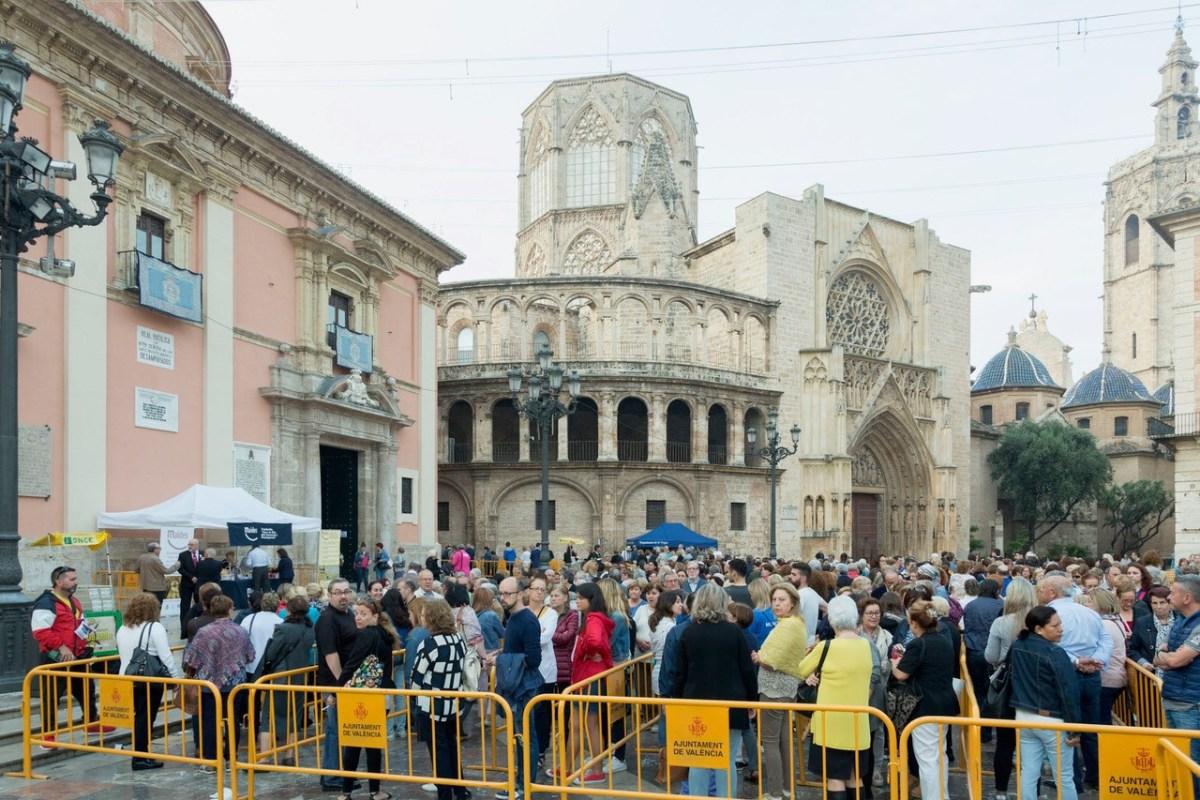 GALERÍA| Miles de valencianos dan las gracias a la Virgen en el tradicional Besamanos público