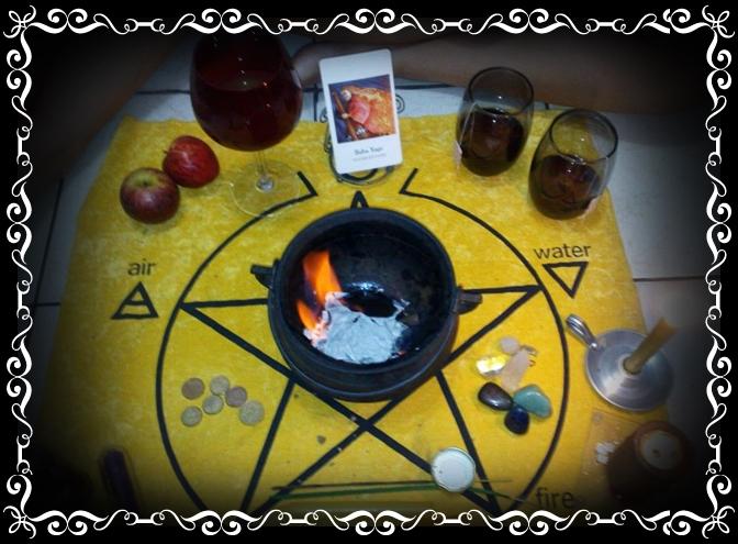 Foto: Karyne Olivier. Este foi um dia de Lua Nova, que fizemos um pequeno ritual para a deusa Baba Yaga. Queimamos no caldeirão algumas folhas com nossos desejos e folhas de louro.