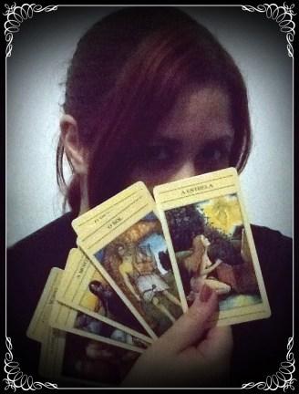 Foto: Rosea Bellator. O Tarot de Marselha é uma grande referência para muitos outros tarots, como o que está em minhas mãos na foto, o Tarot Mitológico.