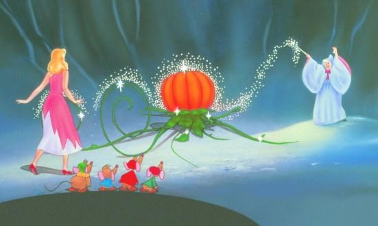"""A Fada Madrinha usa a magia enquanto fala o encantamento para ajudar Cinderela. Certamente é um desenho de fantasia, mas serve como exemplo de como """"acontece a magia"""". Ela crê, direciona com a varinha, fala o encantamento... a magia acontece. Cena do desenho Cinderela, da Disney."""
