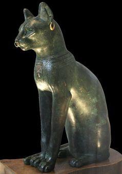Uma das representações da deusa Bastet, como gato doméstico. Escultura conhecida como Gato de Gayer-Anderson, é uma estátua de bronze, de mais ou menos 664-332 Antes de Cristo. Foi doada para o Museu Britânico pelo major Robert Grenville Gayer-Anderson e Mary Stout Shaw.