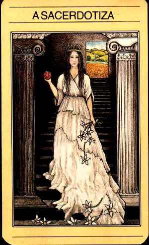 Carta do Tarot Mitológico, Perséfone aparece como A Sacerdotisa (note que ela está dentro do Submundo e lá fora estão os campos em plena Primavera.