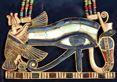 """Pingente Wedjat, """"O Olho de Hórus"""", exposto no Museu do Cairo."""