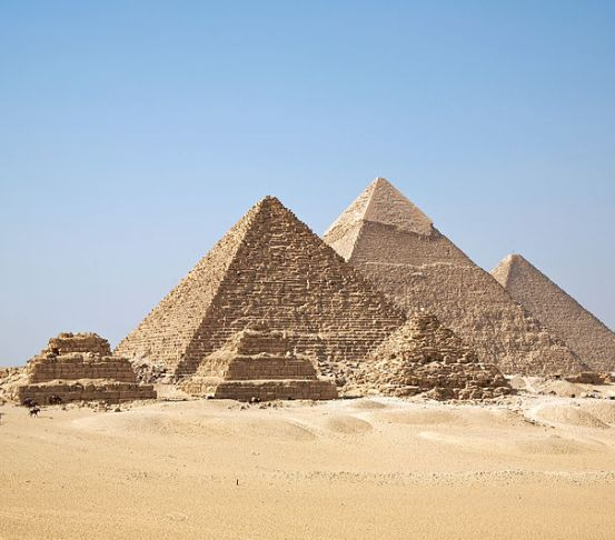 cultos cultos Cultos - As pirâmides, em sua totalidade, são um mistério, porém sabemos que também são uma forma de culto aos deuses egípcios e aos próprios faraós, uma vez que eram considerados filhos dos deuses. Imagem: Wikimedia Commons de Ricardo Liberato - Cultos cultos cultos