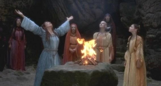 Cultos Cultos Cultos Quem nunca viu as Brumas de Avalon? Sim, tem toda uma parte fantasia, mas veja: elas fazem magia chamando a natureza, agradecendo, sempre cientes do poder. Elas têm fé no que fazem. Cena do filme As Brumas de Avalon.