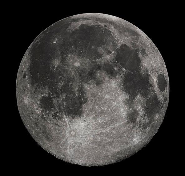 Foto da Lua Cheia tirada em 10-22-2010 de Madison, Alabama, USA. Fotografada com um telescópio Celestron 9.25 Schmidt-Cassegrain. Foto para uso comum, Wiki.