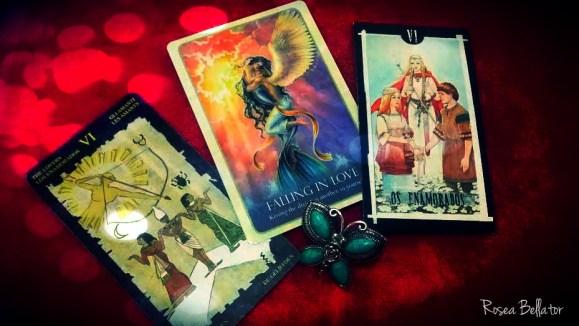 Na imagem, da esquerda pra direita: Egyptian Tarot, Mermaids Oracle e Tarot das Bruxas. E meu anelzinho de borboleta em turquesa! Foto: Rosea Bellator. Ritual dos enamorados. Ritual dos apaixonados. Ritual dos amantes.