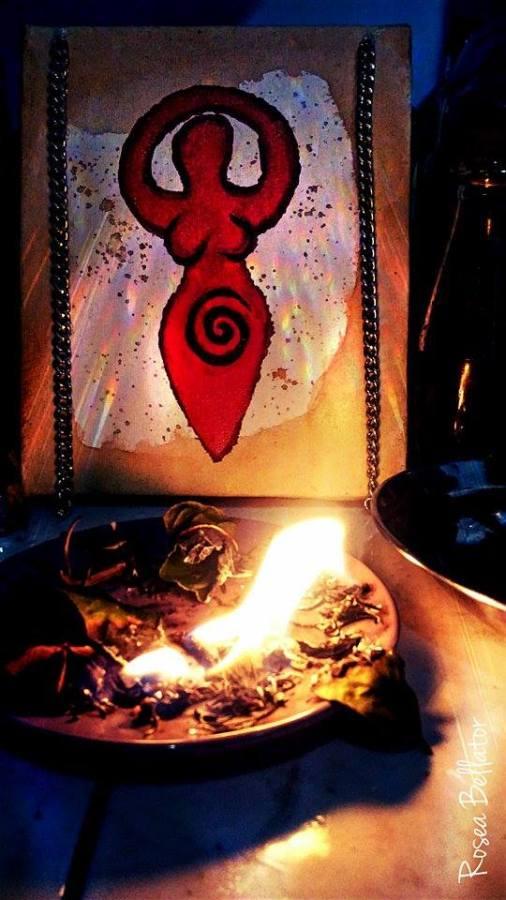 """Meu altar menstrual. O quadro atrás, com a imagem da deusa e duas correntes penduradas chamei de """"A Deusa Livre"""". Foi muito gratificante criá-lo."""