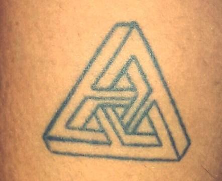 """Tatuagem da Ana Beatriz Cascardo. Como ela mesma descreveu: É do artista chamado Ercher. Chama-se o """"Impossível Não Existe"""", pois o triângulo simboliza o impossível na matemática. Ele fez de uma forma que você não sabe onde começa ou termina. Quantos triângulos? Então o impossível não existe porque nesta figura você não consegue defini-lo."""