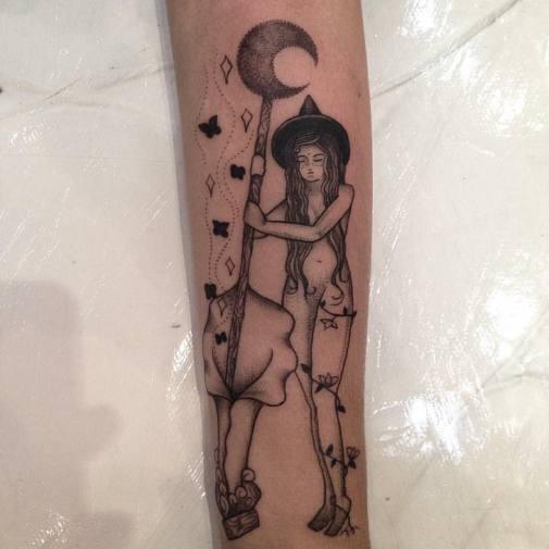 """Tatuagem da Ana Clara Caldas. É uma bruxa, nua, mexendo em seu caldeirão que é dentro de uma flor. O que significa? Ela disse """"Fiz essa em homenagem ao sagrado feminino, minha conexão com a magia e com a natureza"""". Crie seu desenho, traga significado e atraia as energias que deseja!"""