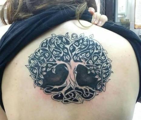 Tatuagem da Bruna Zanatta. A Yggdrasil, ou árvore da vida. Simboliza a vida, o conhecimento e sabedoria divina. Além de representar todo poder da criação.