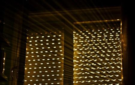Luz entrando por las persianas a la hora de la siesta
