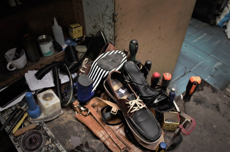 Zapatos por reparar en el taller. Foto por Celia Cisternas U.