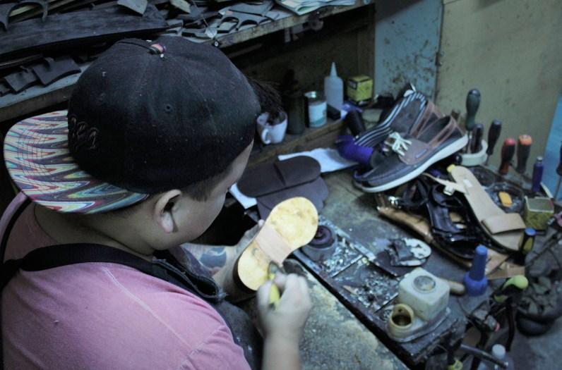 Adolfo reparando la suela de un zapato. Foto por Celia Cisternas U.