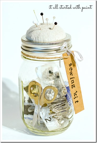 Make your own sewing kit using a simple mason jar. Love this idea!