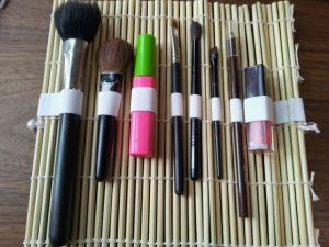 Turn a sushi mat into a makeup organizer. Repin if you think this is cool!