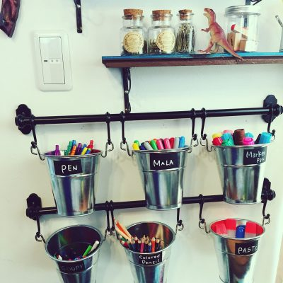 SHE ORGANIZES HER PENS AND OTHER SUPPLIES WITH THESE! IT LOOK AMAZING! I WANT TO TRY THIS LATER. REPIN!