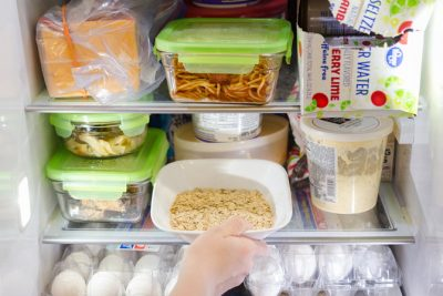 HER FRIDGE ALWAYS SMELLS FRESH WITH THIS SIMPLE TRICK! GOT TO TRY THIS ONE DAY. REPIN!