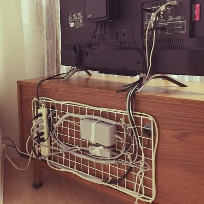 SHE ORGANIZED HER COMPUTER CORDS LIKE THIS. I WANT TO TRY THIS LATER. SO COOL! REPIN!