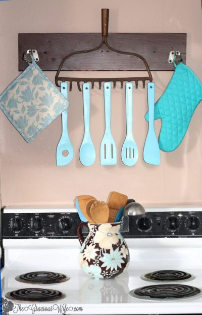 She turned an old rake into a organizer for her kitchen utensils. I love this idea! Repin if you agree.