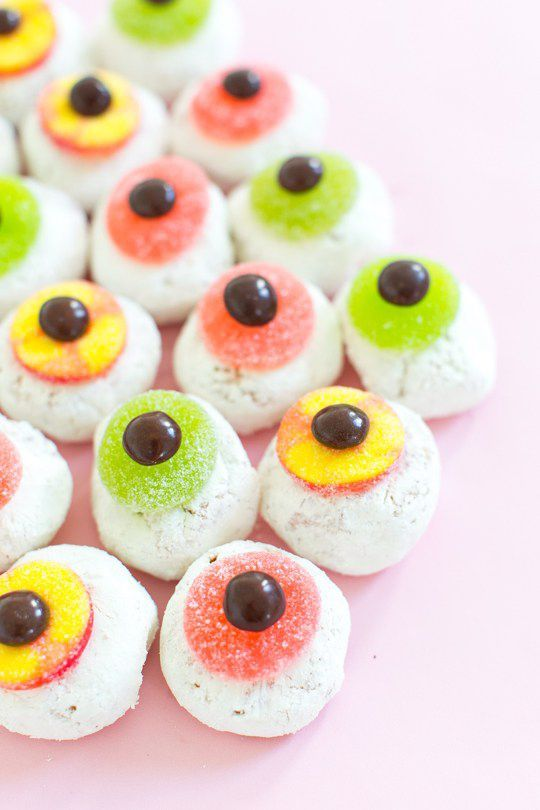 moster eye ball donuts - 15 Most Brilliant Halloween Party Food Ideas