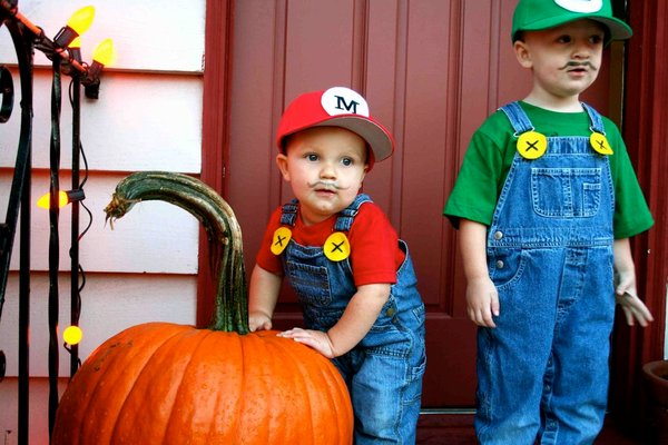 These little guys are TOO CUTE! | DIY Mario and Luigi Halloween Costume Idea for Boy Toddlers