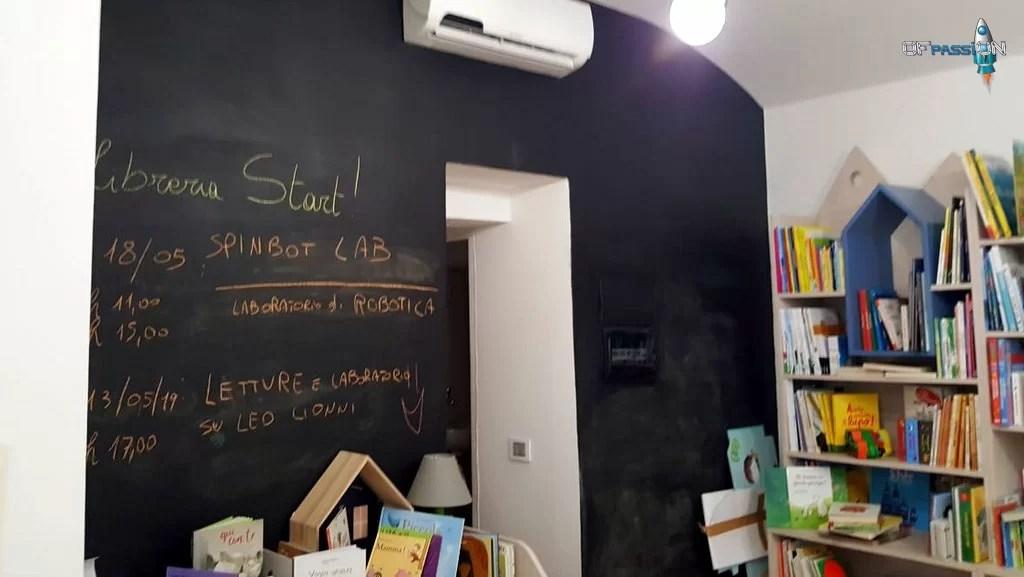 Muro lavagna Libreria Stat Varazze con laboratori ofpassion in programma