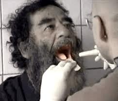 סאדאם חוסיין עובר בדיקה בפה