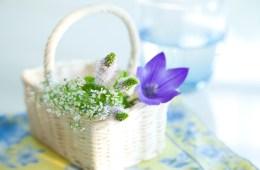 かごに入ったキキョウとミントの花とコップの水