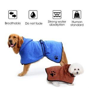 ペット用バスローブを着ている犬とペット用バスローブの説明