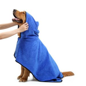 ペット用バスローブを着ている犬