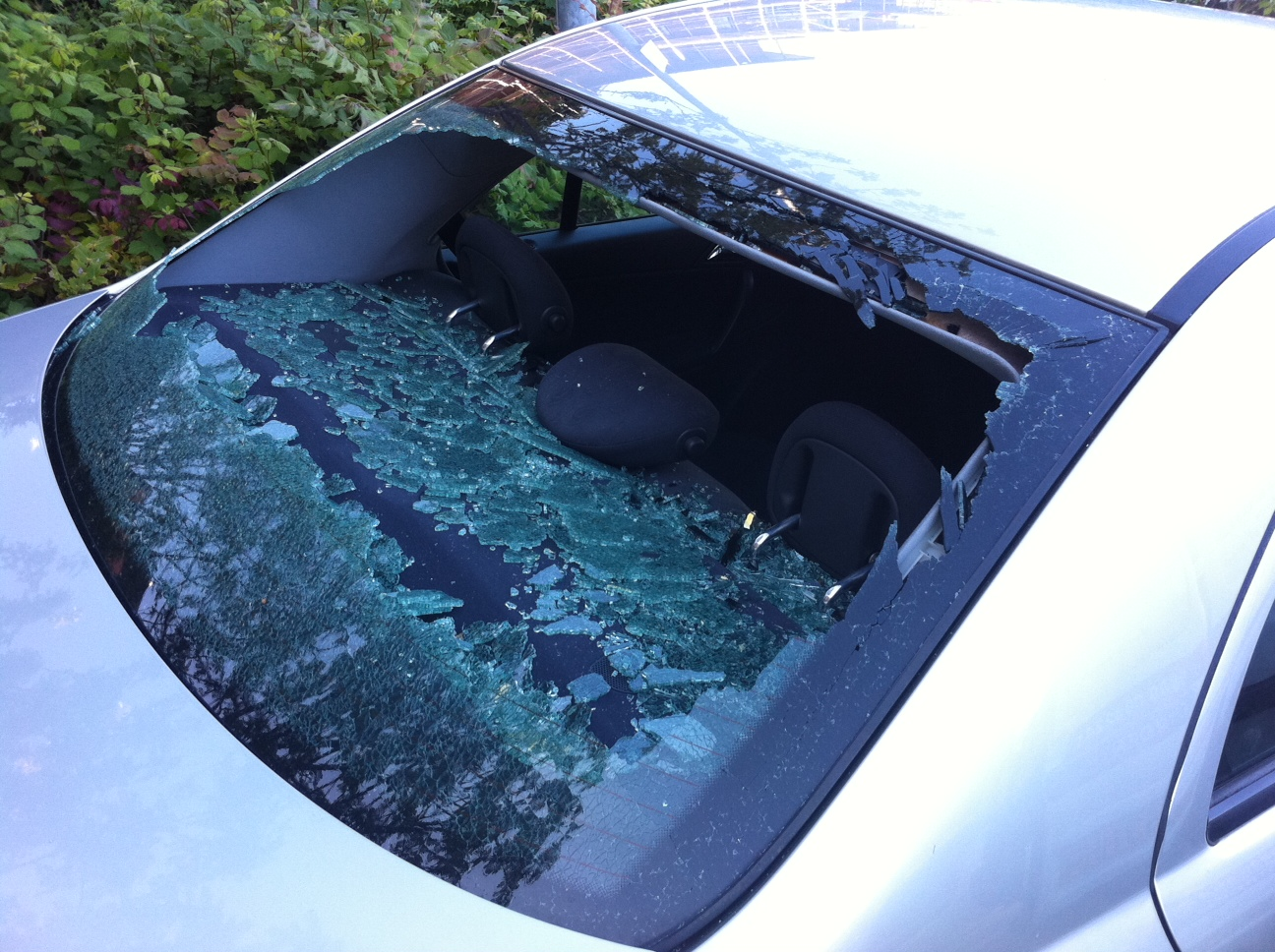 MAN VANDALIZES A WOMAN'S CAR AND BEATS HER UP MERCILESSLY FOR HITTING HIM WITH HER WING MIRROR
