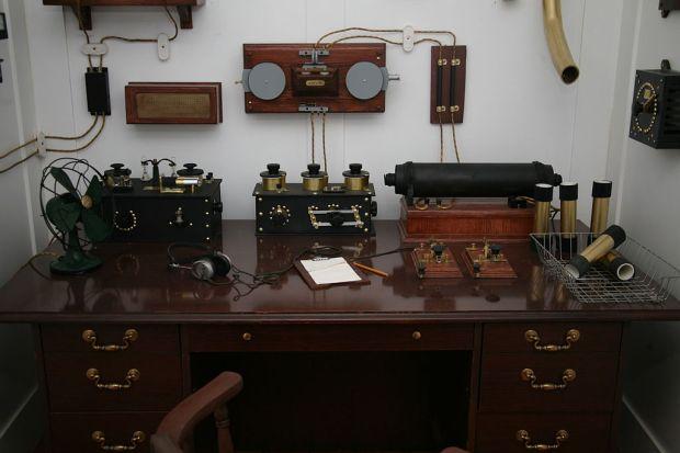 1024px-Titanic's_Marconi_appartus