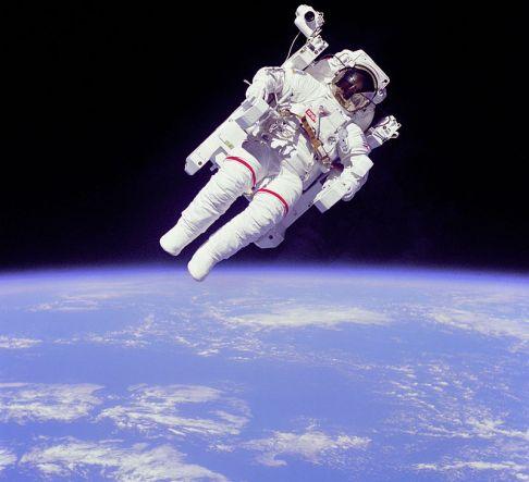 800px-Astronaut-EVA