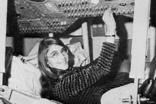 Margaret Hamilton all'interno del Modulo di Comando Apollo