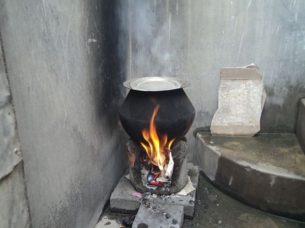 640px-Stove,waste_burning,rural,_pollution,Tamil_Nadu436