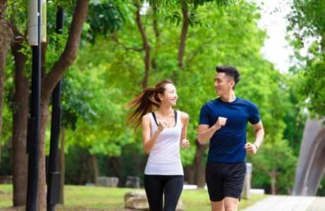 兩人在公園慢跑運動